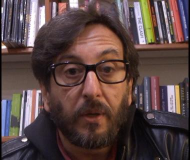 Il regista Daniele Vicari durante l'intervista alla Feltrinelli Point
